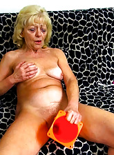Granny thing embrace the brush pussy