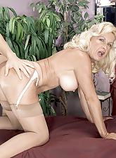 Julia Butt: MILF masseuse